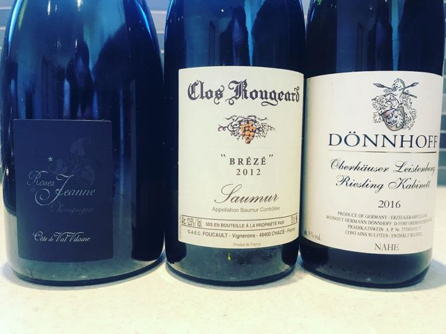 Some days are just easy. Gougeres, oysters, chicken with sauce vin jaune, comté, almond tarte. No cork issues, perfectly cellared. #champagne #loirevalley #closrougeard #cedricbouchard #donnhoff #nahe #josephdrouhin #closdesmouches #beaune #zindhumbrecht #pinotgris #pinotnoir #jura #puffeney #vinjaune #savignin #france🇫🇷 #germany🇩🇪