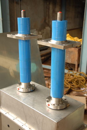 Hydraulic cylinders integrated with guide on outer diameter for agitator/stirrer movement.