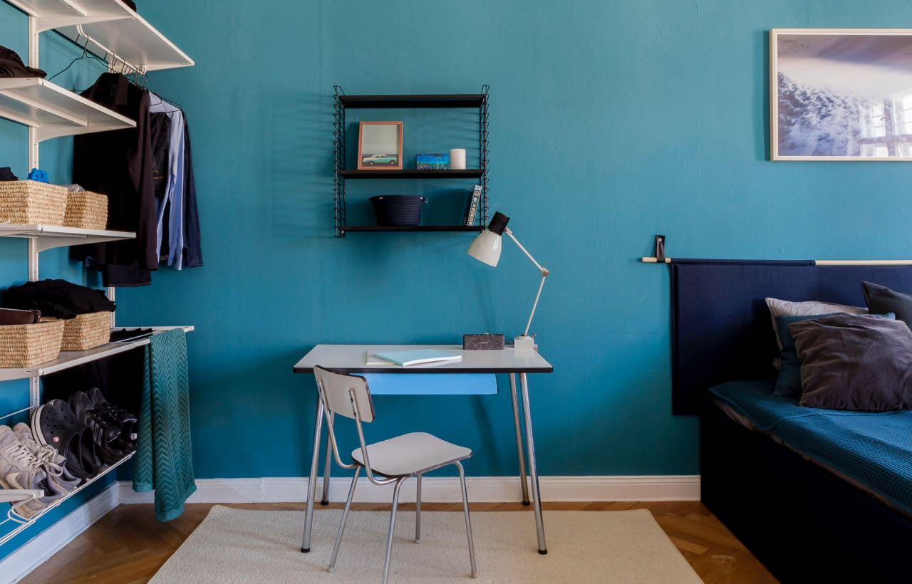 white mid-century desk in a private coliving room in Berlin Charlottenburg