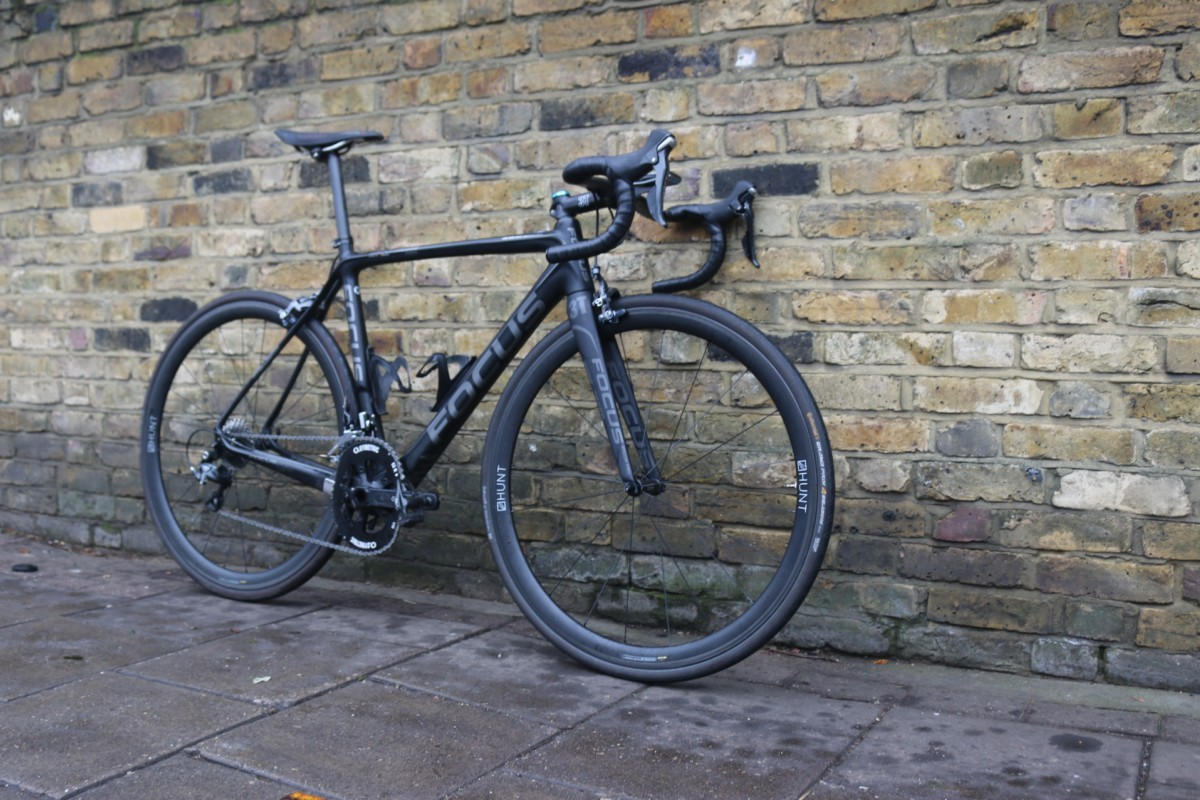 The Izalco Pro 3.0 frame still is quite rare in the matt black. Equipped with Hunt Aero 38 carbon wheels, Osymetric chainrings, Verve Infocrank, Shimano Ultegra 11 speed, Fizik Arione CX and a 3T Stelth finishing kit.