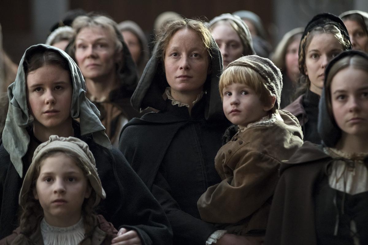 Anna Reinhart (Sarah Sophia Meyer) als aufmerksame Zuhörerin von Zwinglis Predigten