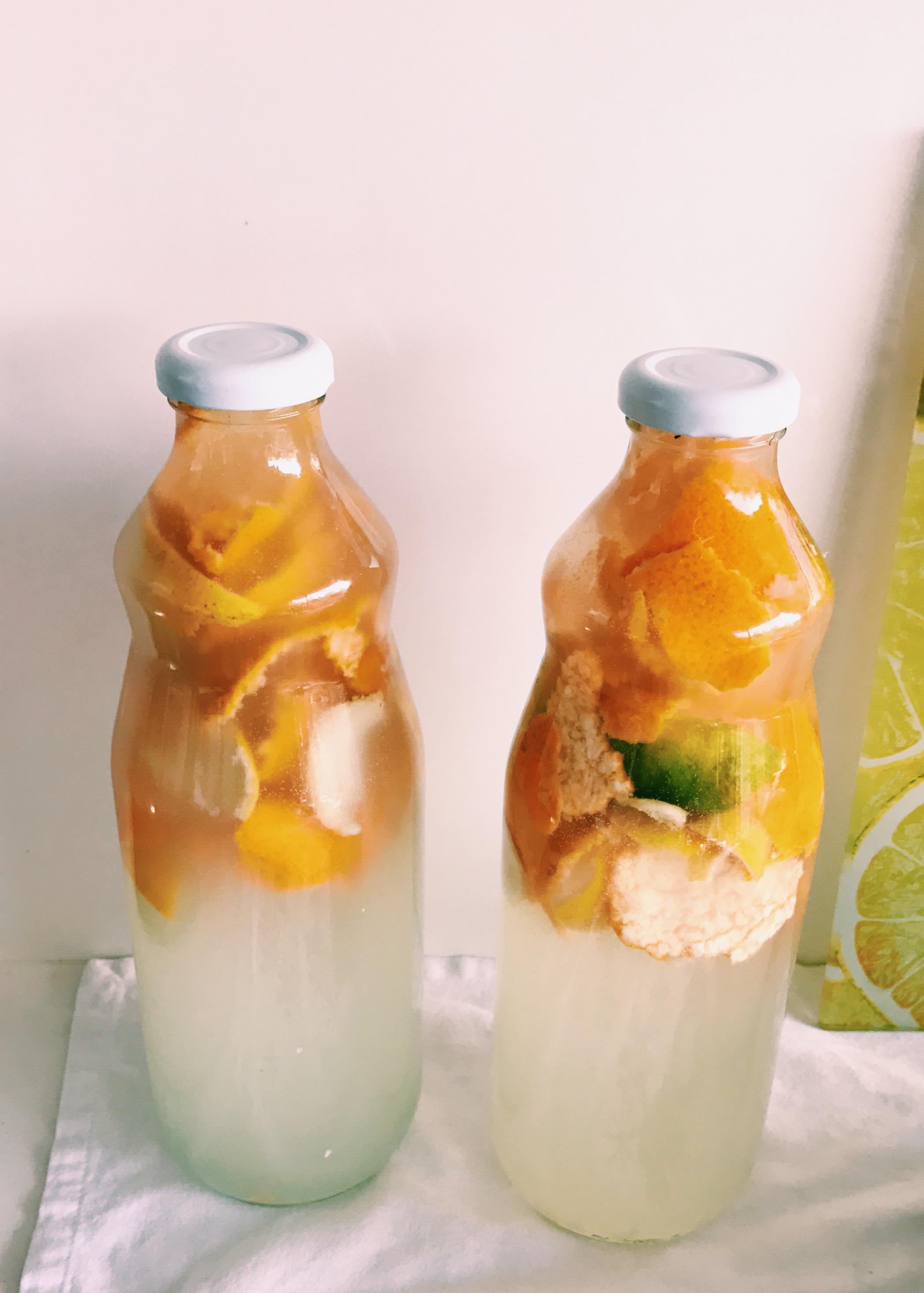 Desinfectante para pisos - Usa esta receta como la base de desinfectante natural para pisos, también funciona en la cocina o el baño.Ingredientes:-2 tazas de Vinagre blanco-1 taza de Alcohol-Cascaras de mandarina, naranja o toronja-1 taza Agua destiladaPreparación:Mantener cascaras de cítricos en el vinagre por mínimo una semana. Una vez listo, mezclar el resto de los ingredientes en un recipiente reusable para dosificar.