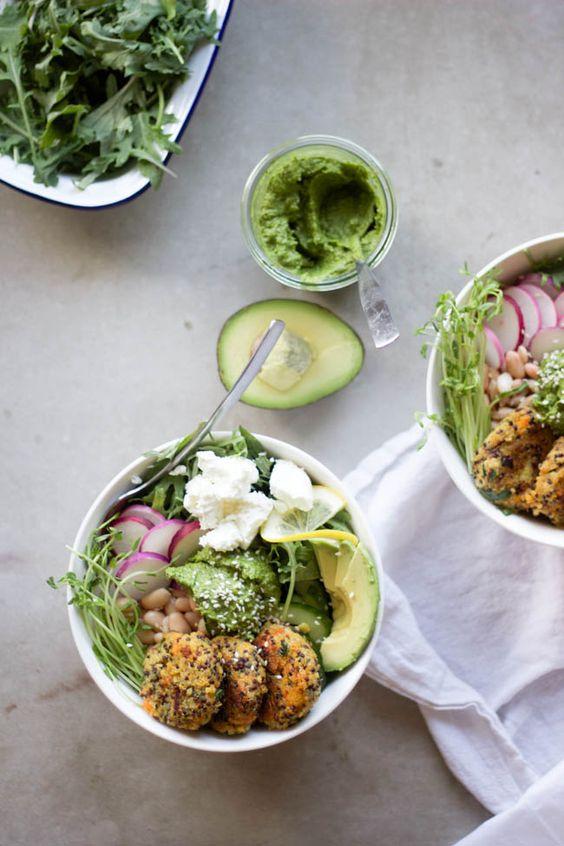 Quinoa met falafel en avocado via  Whole Hearted Eats