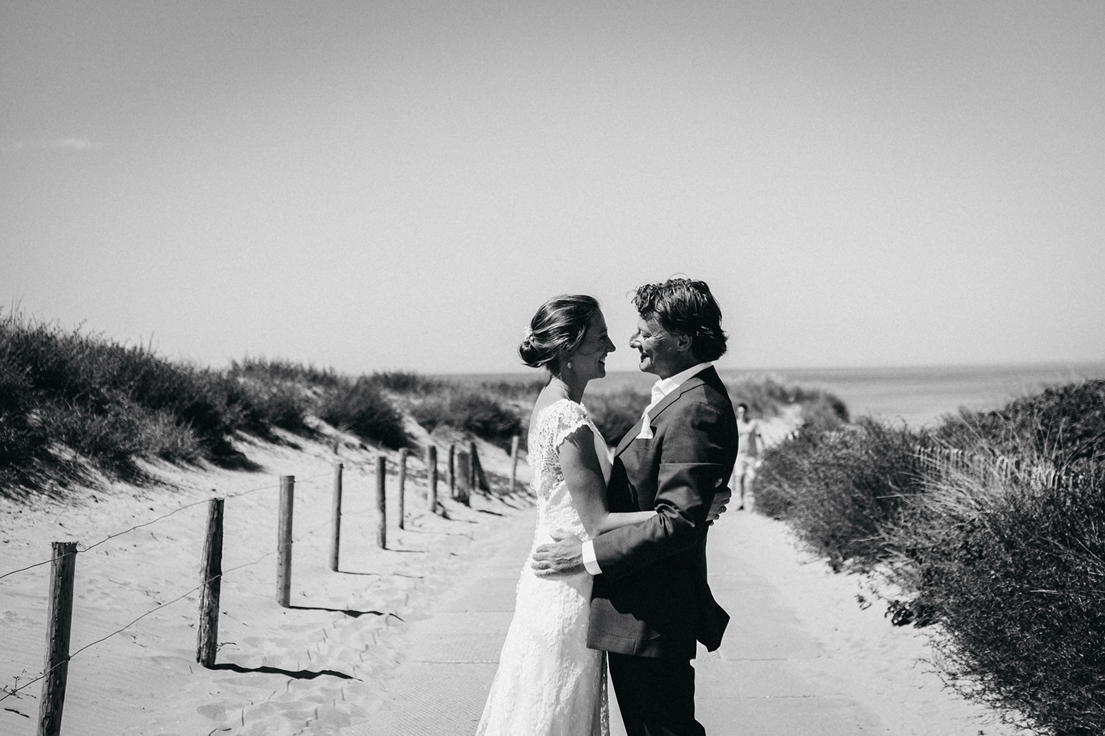 Bride and groom beach Noordwijk9.jpg