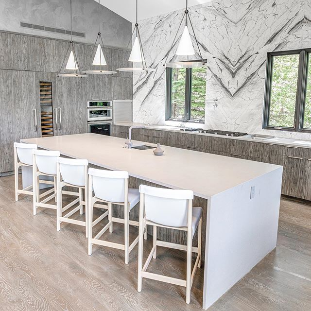 This kitchen is a beauty. Draw Drive, Aspen. #aspengala #aspen #redmountain #modern #mountain #home #luxury #house #featuredproject #projectdrawdriveaspen #mountainmodern #aspenbuilder #builderslife #alwayscreating @kddesignaspen @thunderbowlarchitects @aspenstarwood_llc 📷: @photograferg