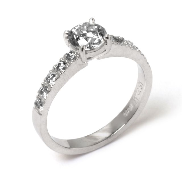 4-claw solitaire ring with 5 Diamond set in either shoulder