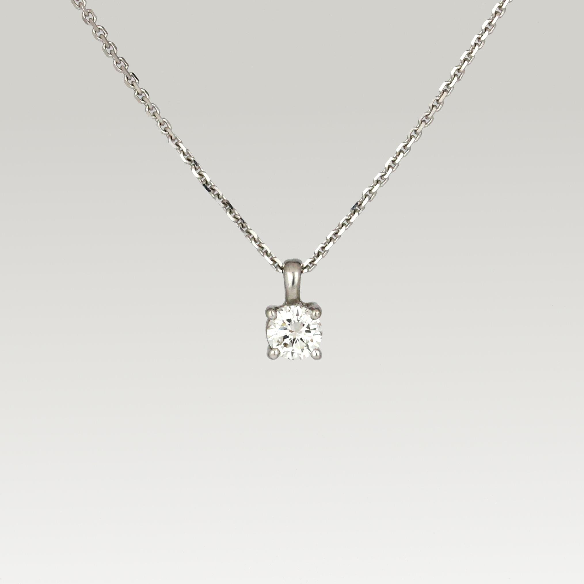 White gold pendant set with diamond.