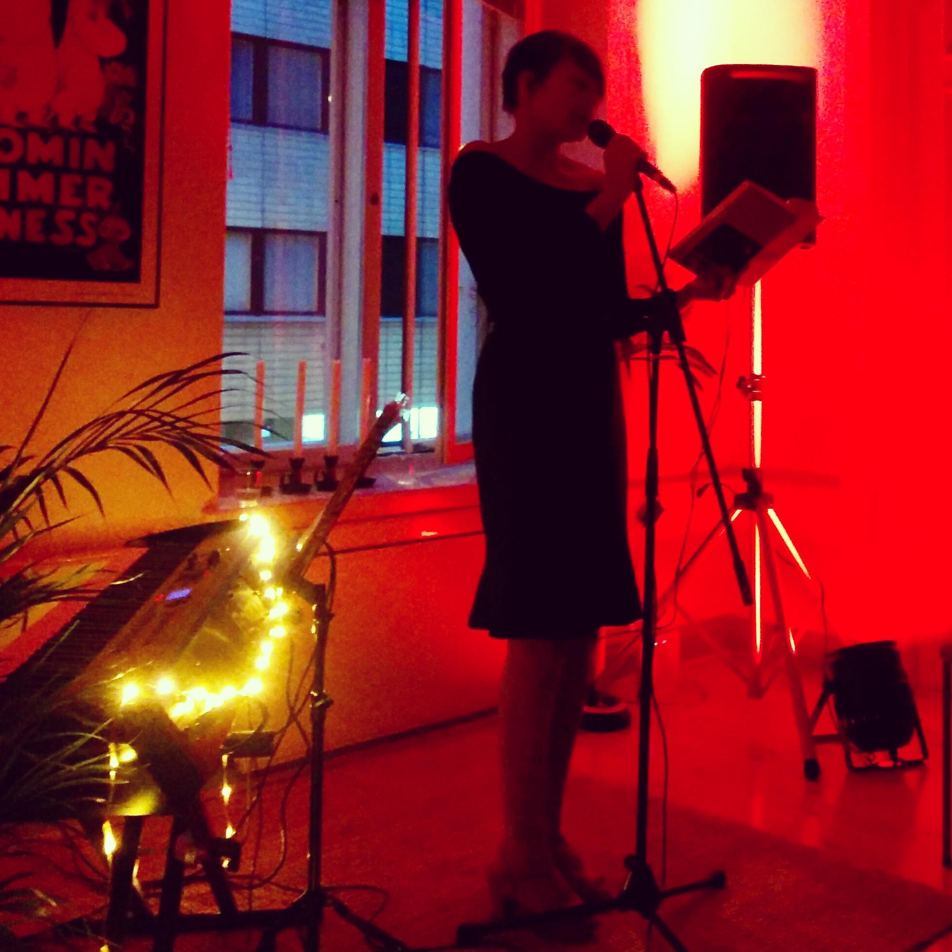 Hannele Mikaela Taivassalo som läser ur In transit.