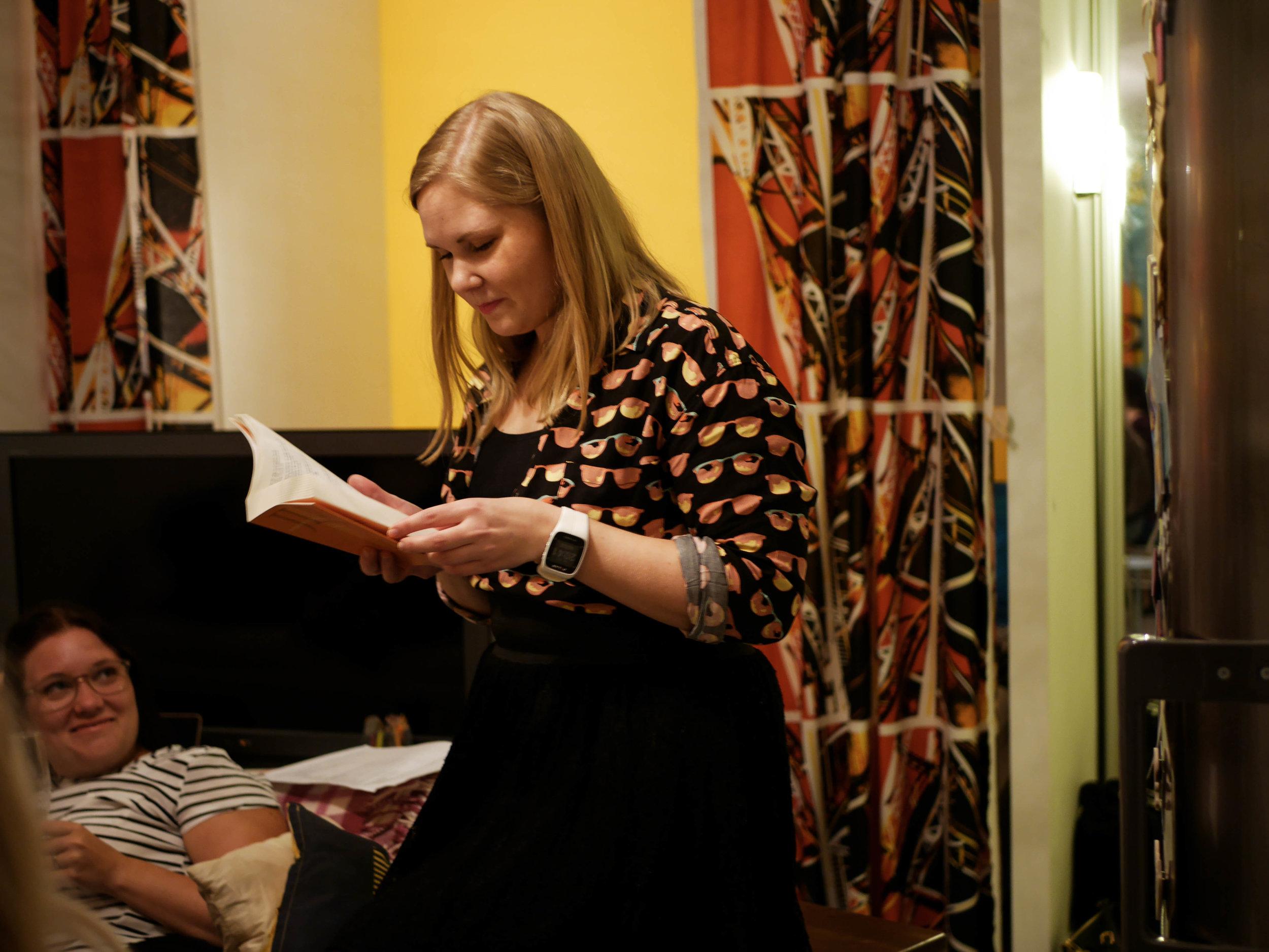 Liksom vem skulle INTE bli kär i en människa som läser Runeberg på fest?! Ehehe. Foto:  Jennifer .