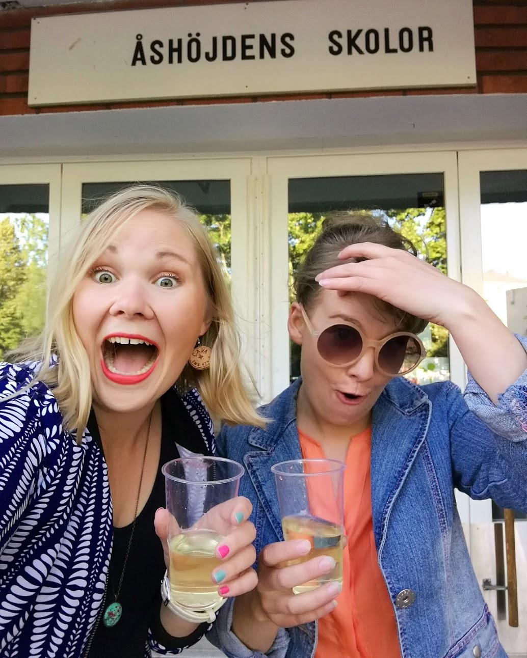 Vi tyckte det var sjukt roligt att dricka skumpa på högstadieskolgården, hehe!