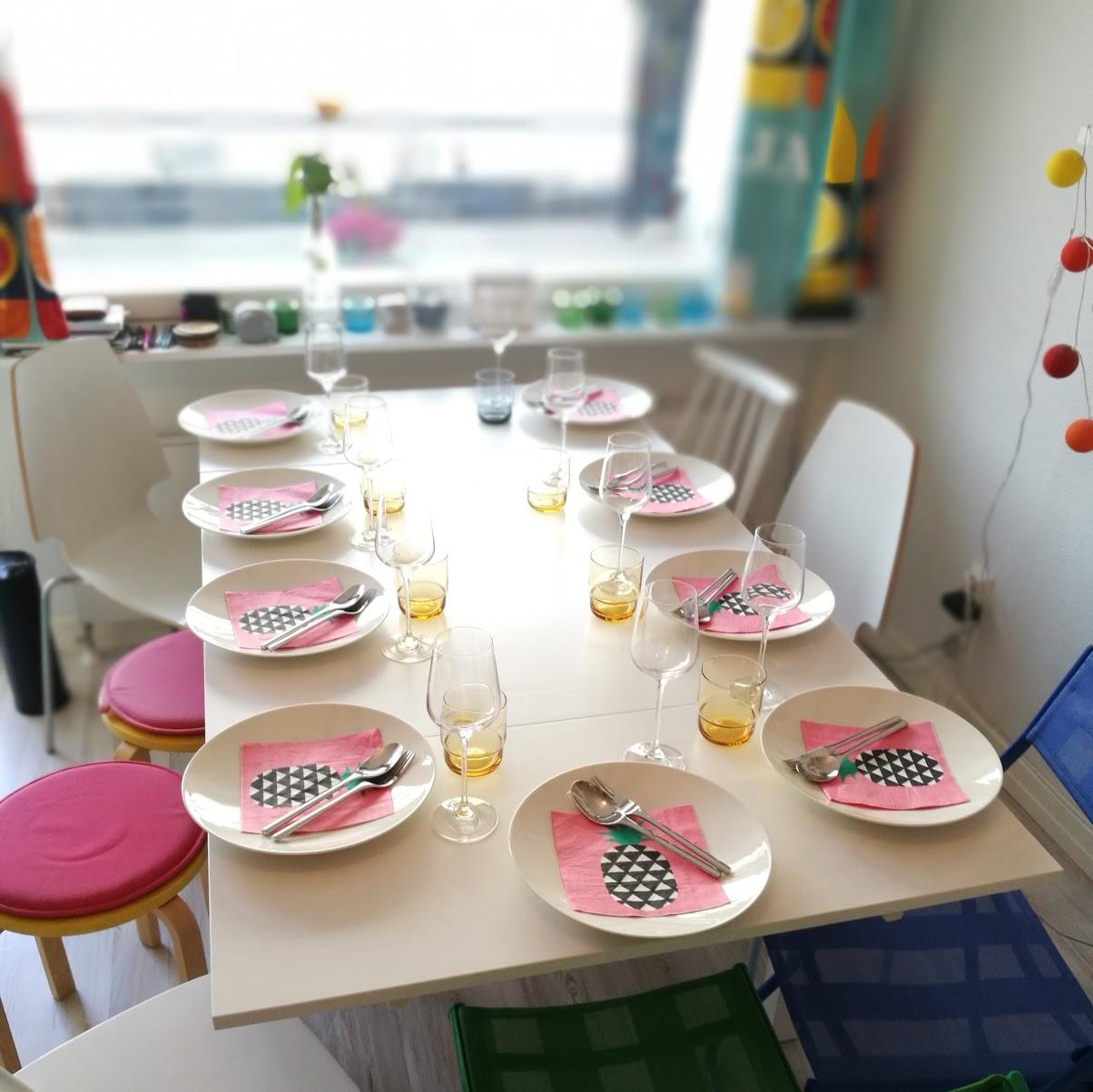 Rätt fint ändå att jag lyckas klämma in en middag för 9 personer på mina 29,5 kvadrat!