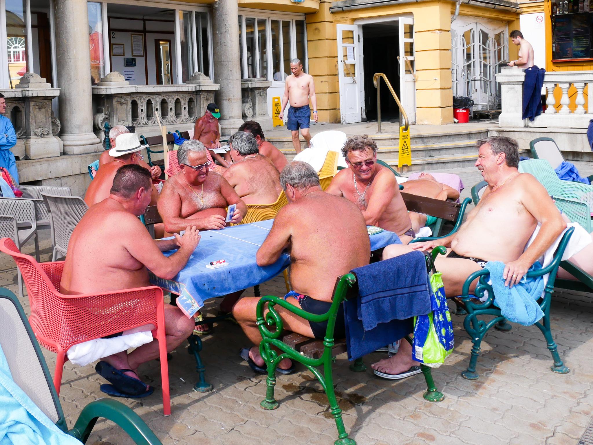 BLev orimligt glad av de här gubbarna. Jag tänker mig att de träffas varje tisdag här för att spela kort och för att lufta ölmagarna.