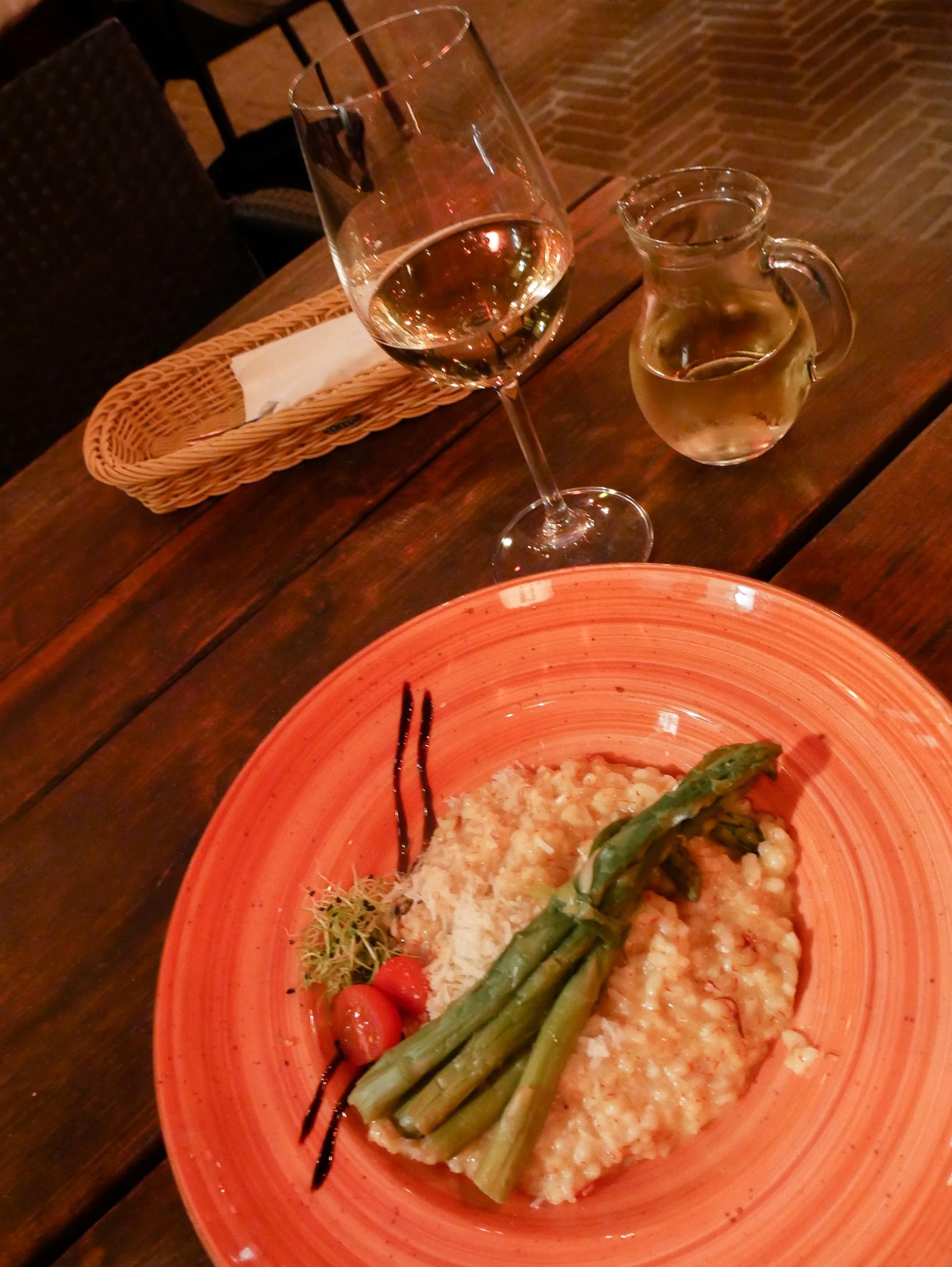 Den här risotton åt jag på restaurang Kazimir. Jag hade ingen aning om stället, men det såg så inbjudande ut så jag gick in här. Jättegod mat och gott vin också. betalade 25 euro för risotto, efterrätt, vitt vin och rött vin.