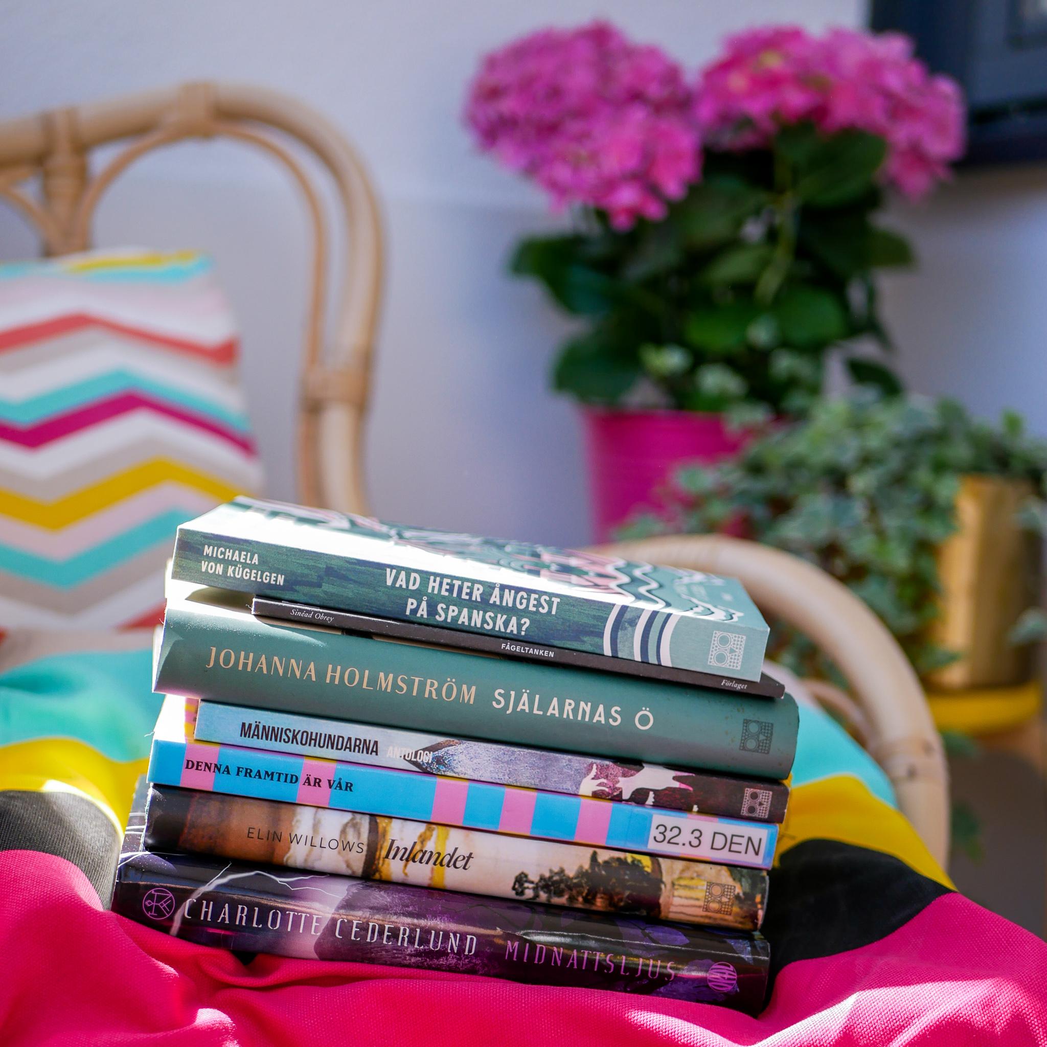 Alla böcker i högen förutom Charlottes Midnattsljus längst ner kan du köpa på förlaget.