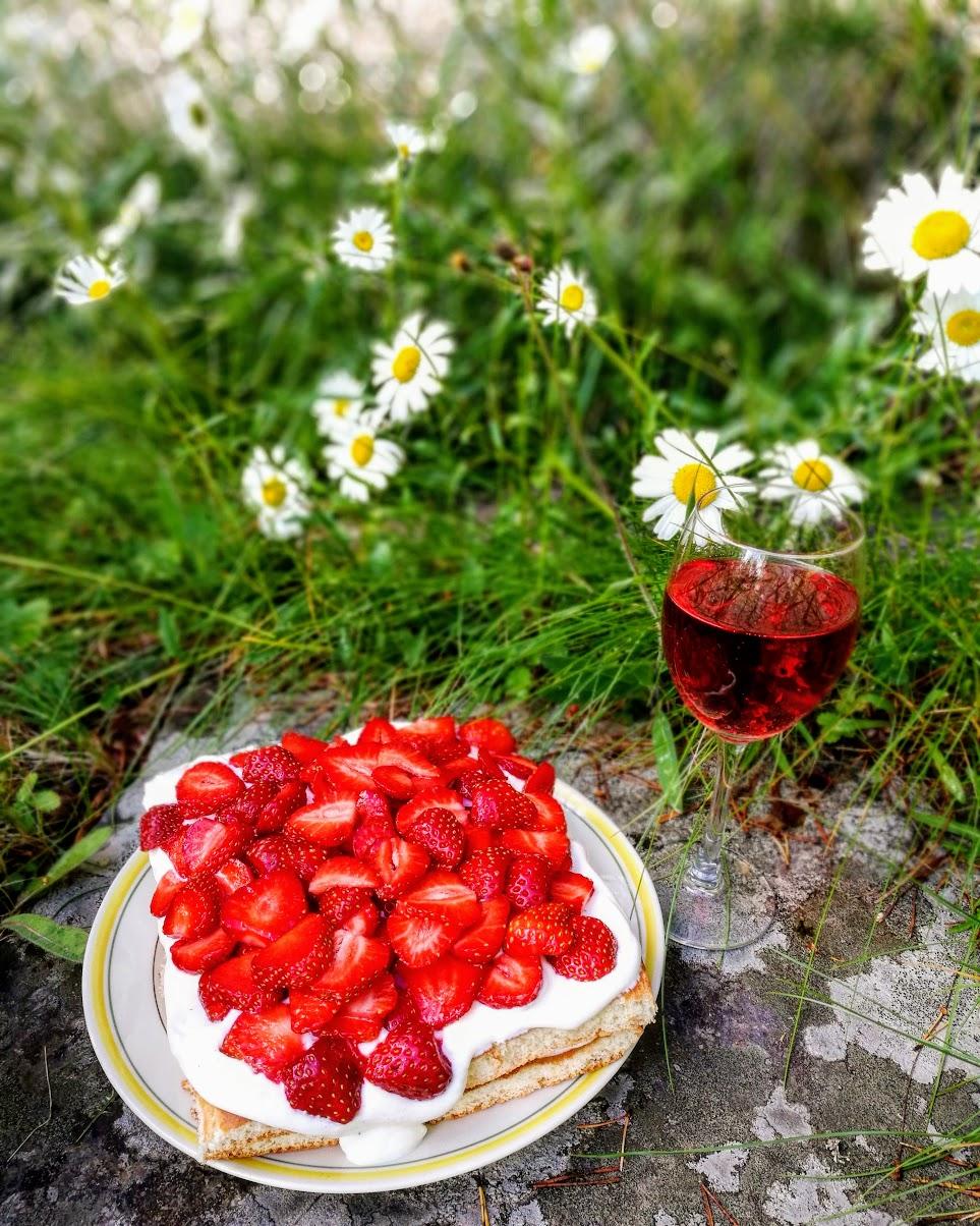 Värdlens godaste och enklaste jordgubbstårta: rulltårtsbotten som delas, fyllningen kan till exempel vara vispgrädde och vaniljkvarg. Hojta till om du vill ha mer exakt recept så skriver jag ett inlägg.