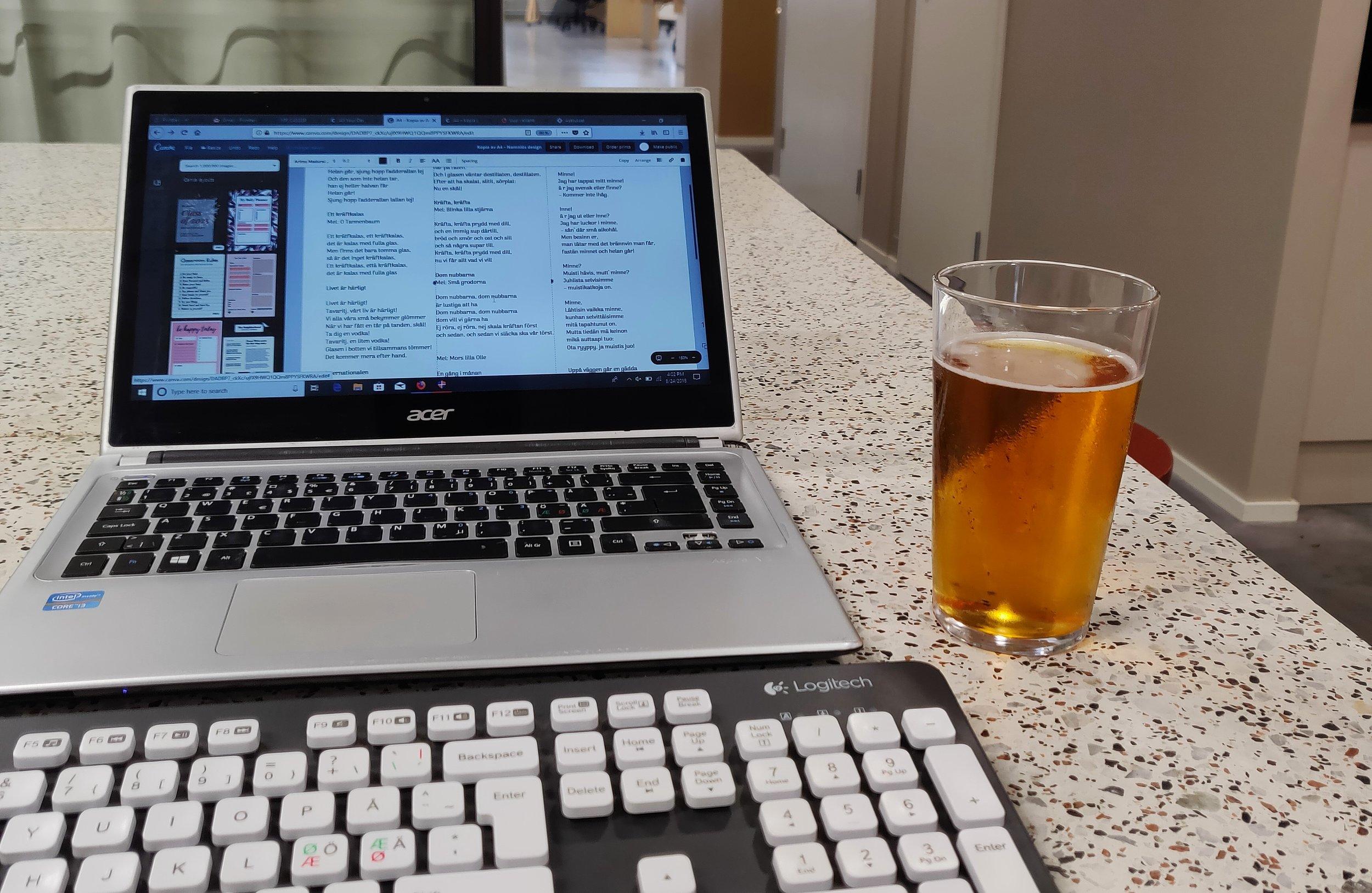 Lånedator och gratis fredagsöl på kontoret. Ja ja, sämre kunde jag ha det.