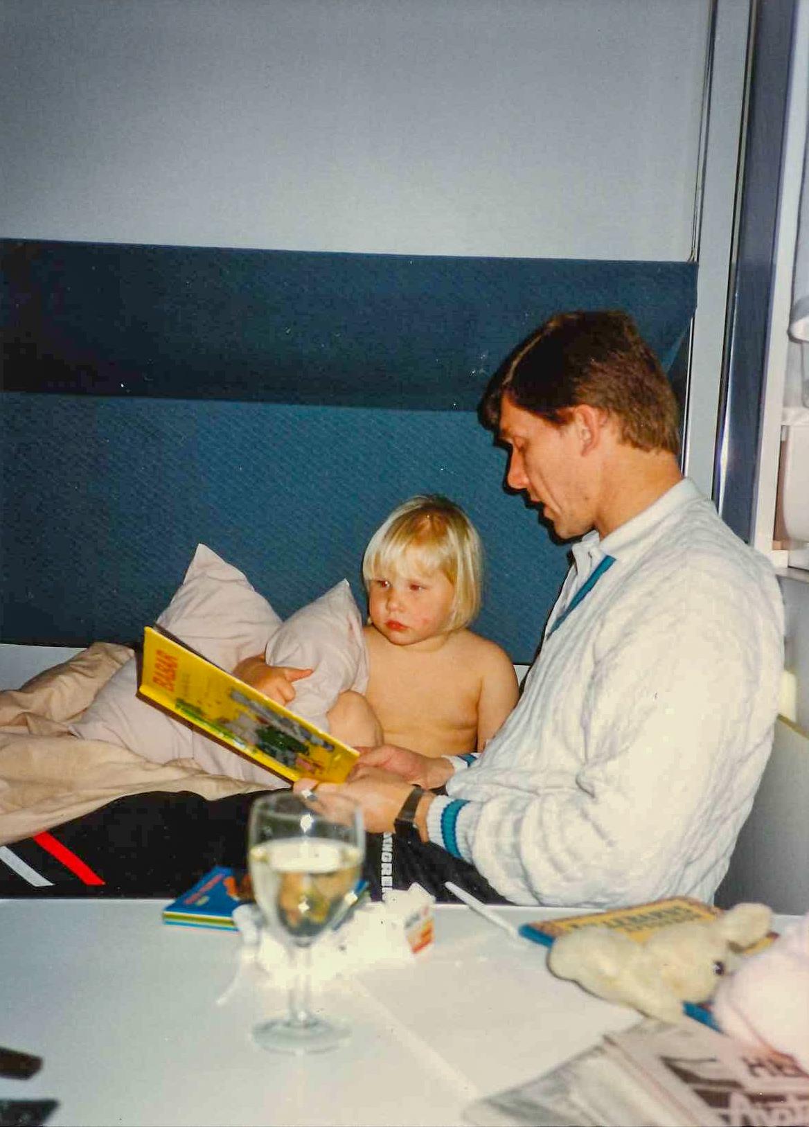 Jag tror det här är på en båt. Pappa och jag och en bok. Så klart.