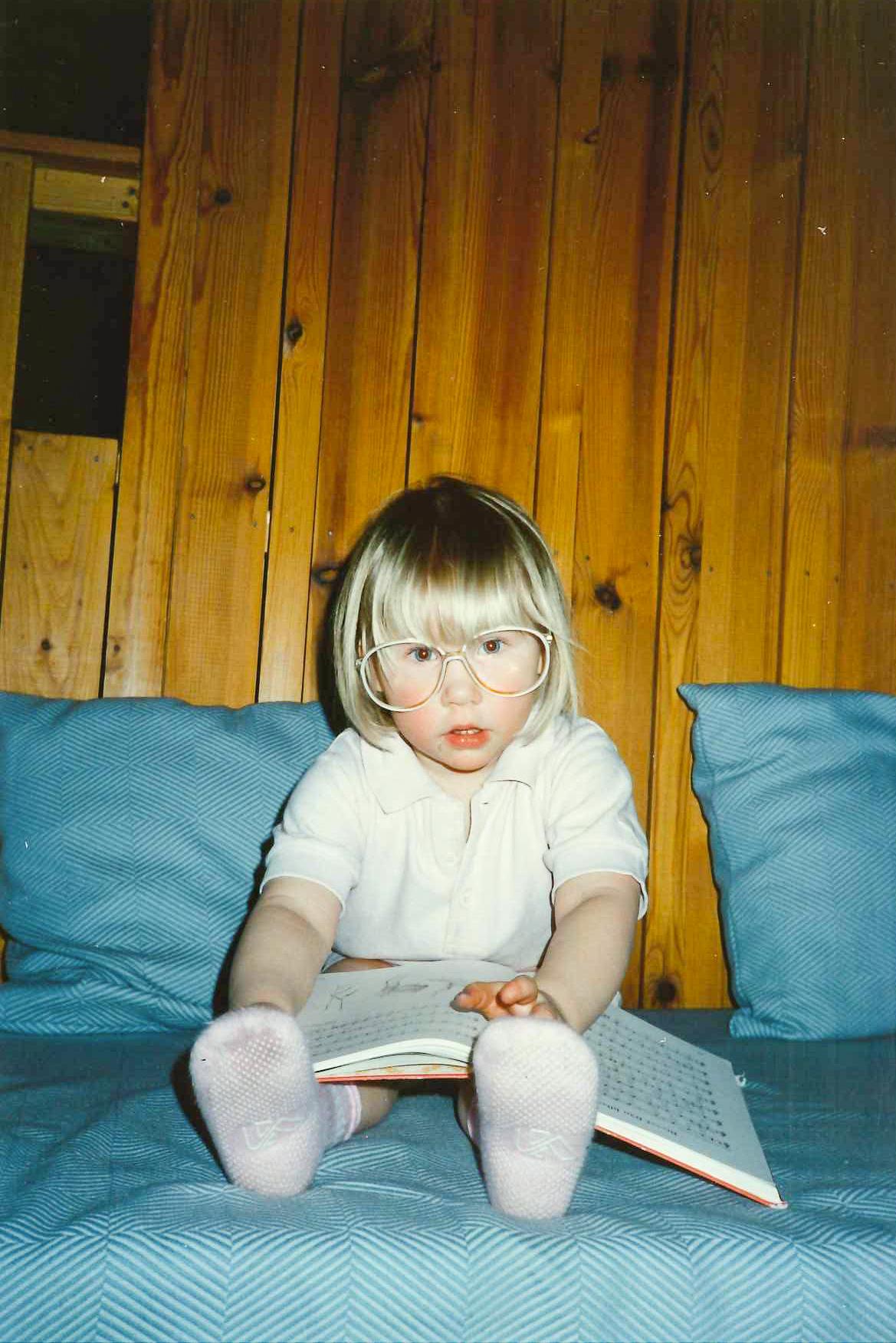 Läsnörd redan i tidig ålder (fast det här verkar vara en sångbok).