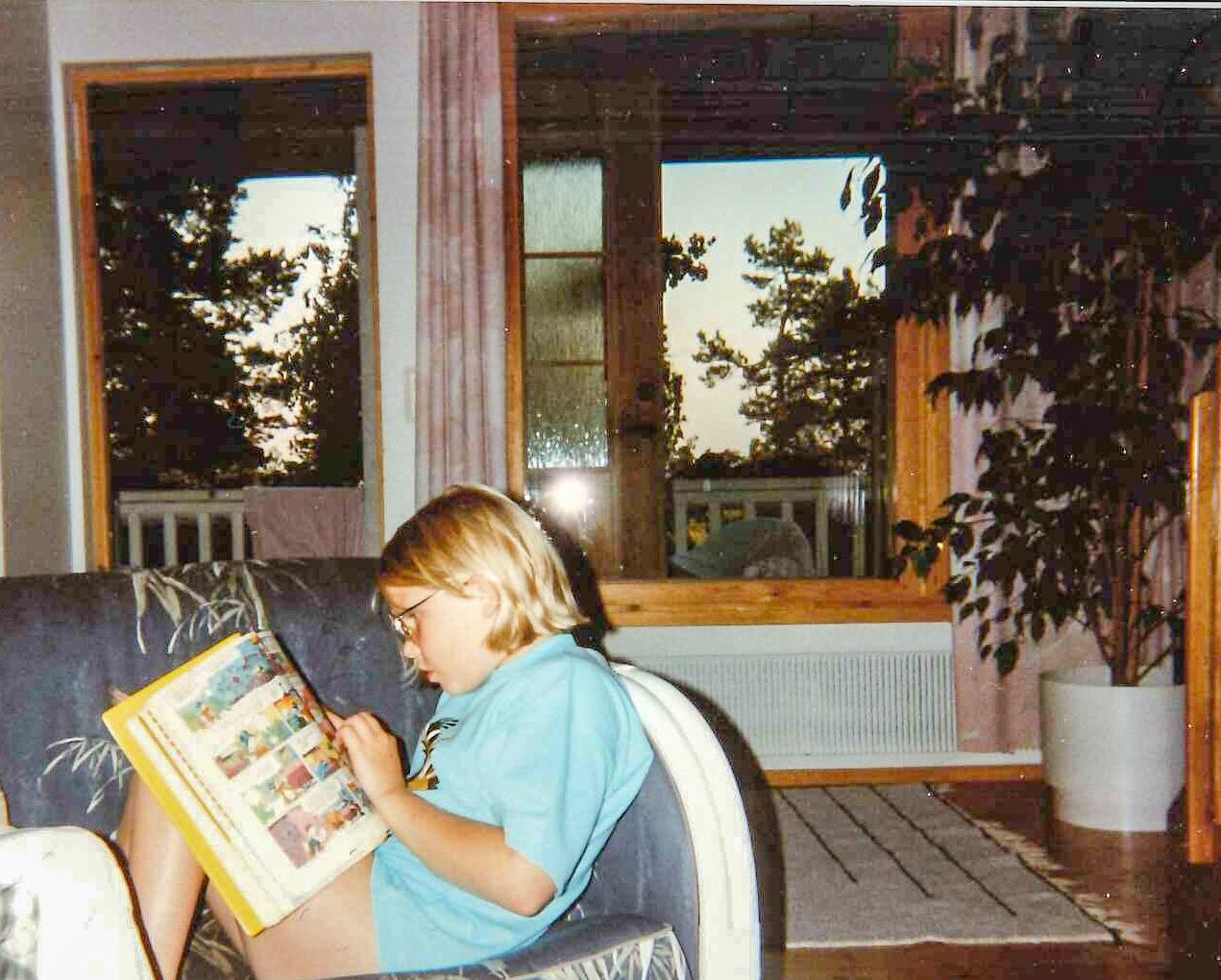 Ser ni den koncentrerade blicken? Mina föräldrar brukade säga att det var omöjligt att få kontakt med mig när jag läste. Och ja, jag hade glasögon i nåt år när jag började skolan, men sen slapp jag dem. Tills nudå.