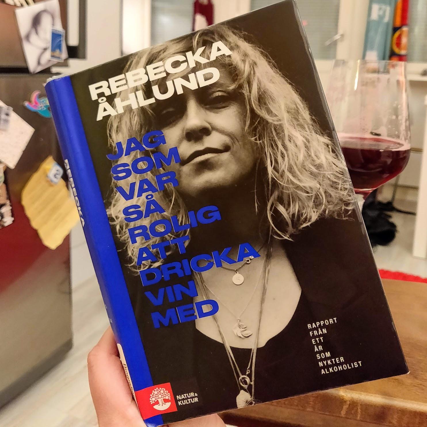 En bok om alkohol avnjuten tillsammans med saft.