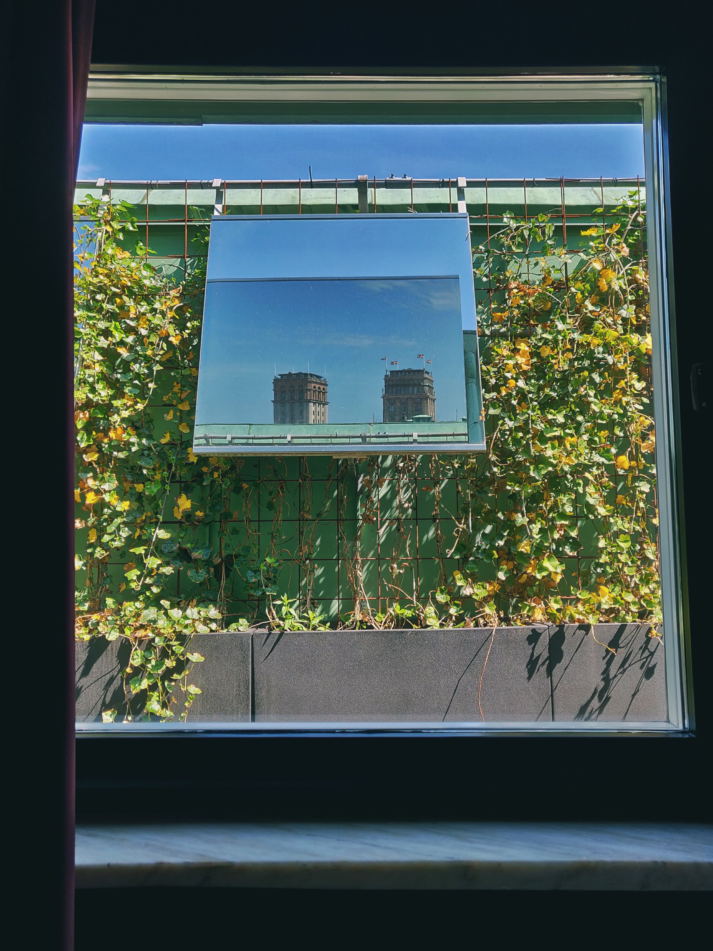 Utsikt från hotellrumsfönstret via spegel. För annars skulle det ju inte vara någon utsikt alls.