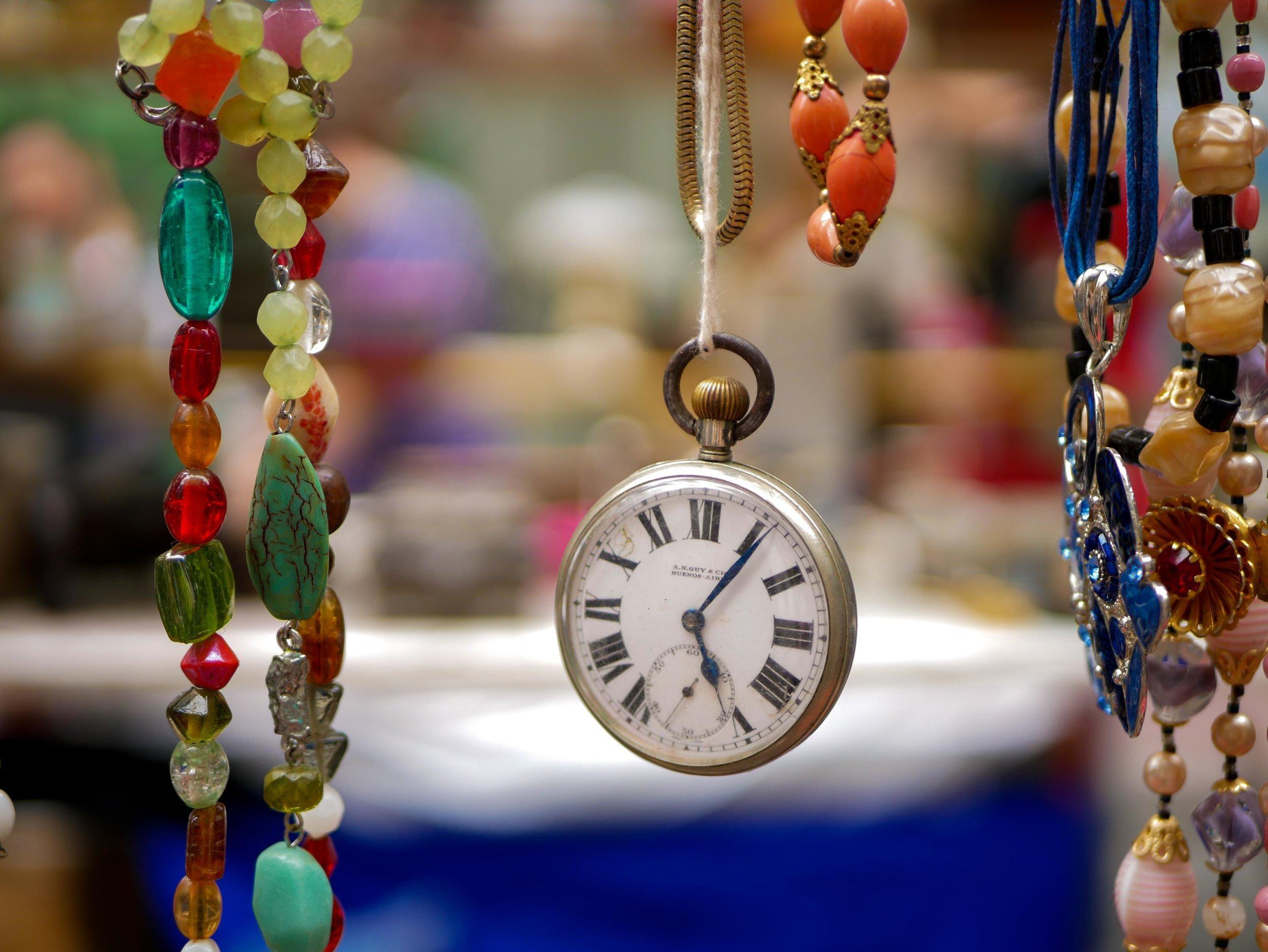 En vacker klocka på en marknad i Buenos Aires.
