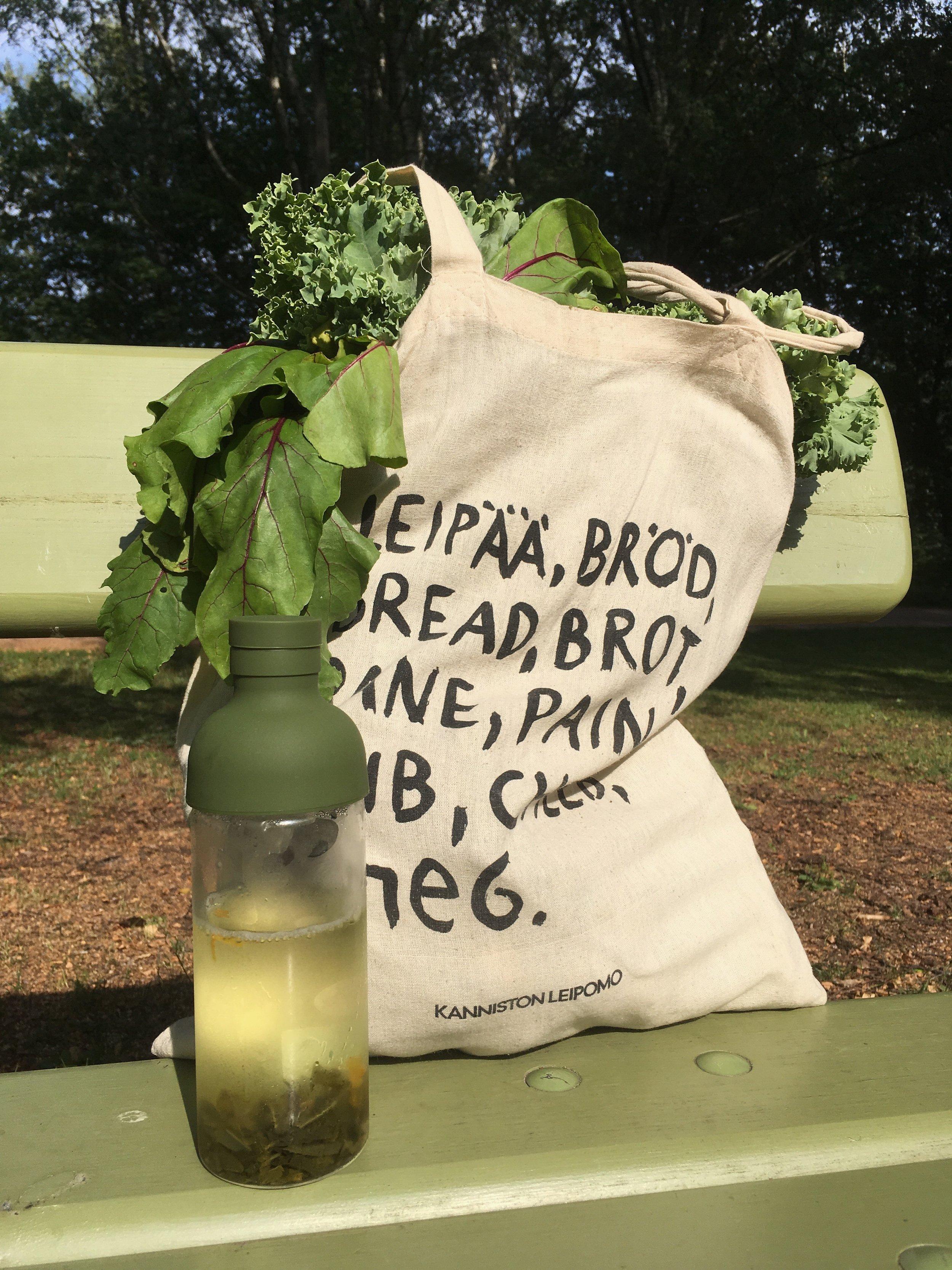 Vihreä tauko: kylmähaudutettua teetä, penkki, ja päivän saalis.