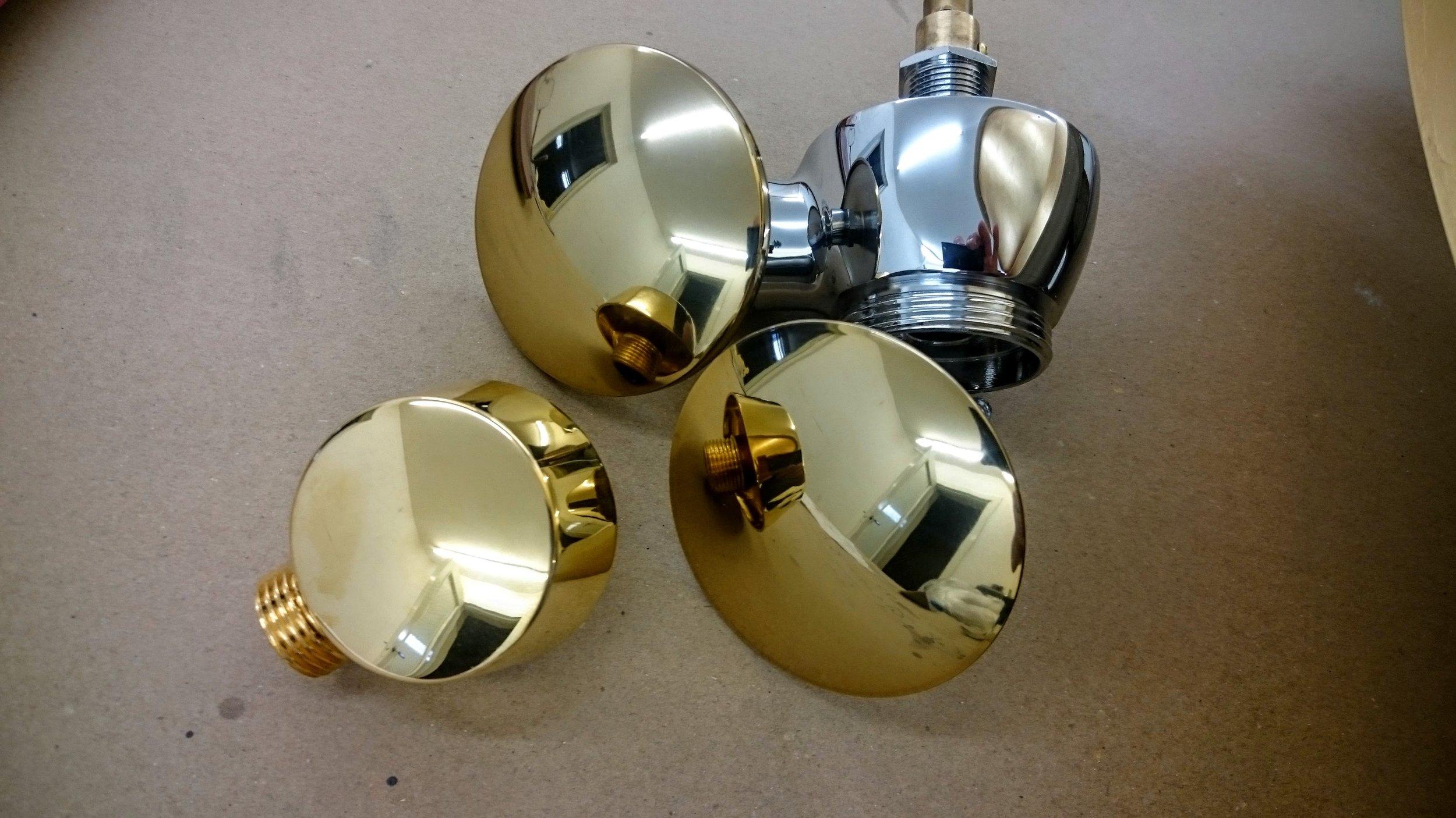 8. Aukso spalvos padengimas ant chromuoto metalo paviršiaus.