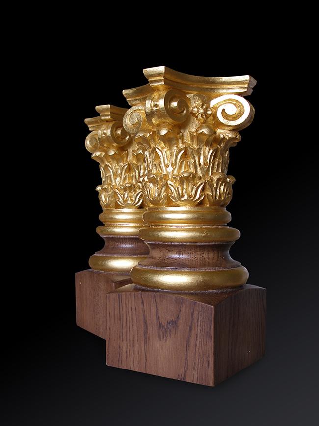 6.24 karatų aukso lapeliais dengta medžio detalė.