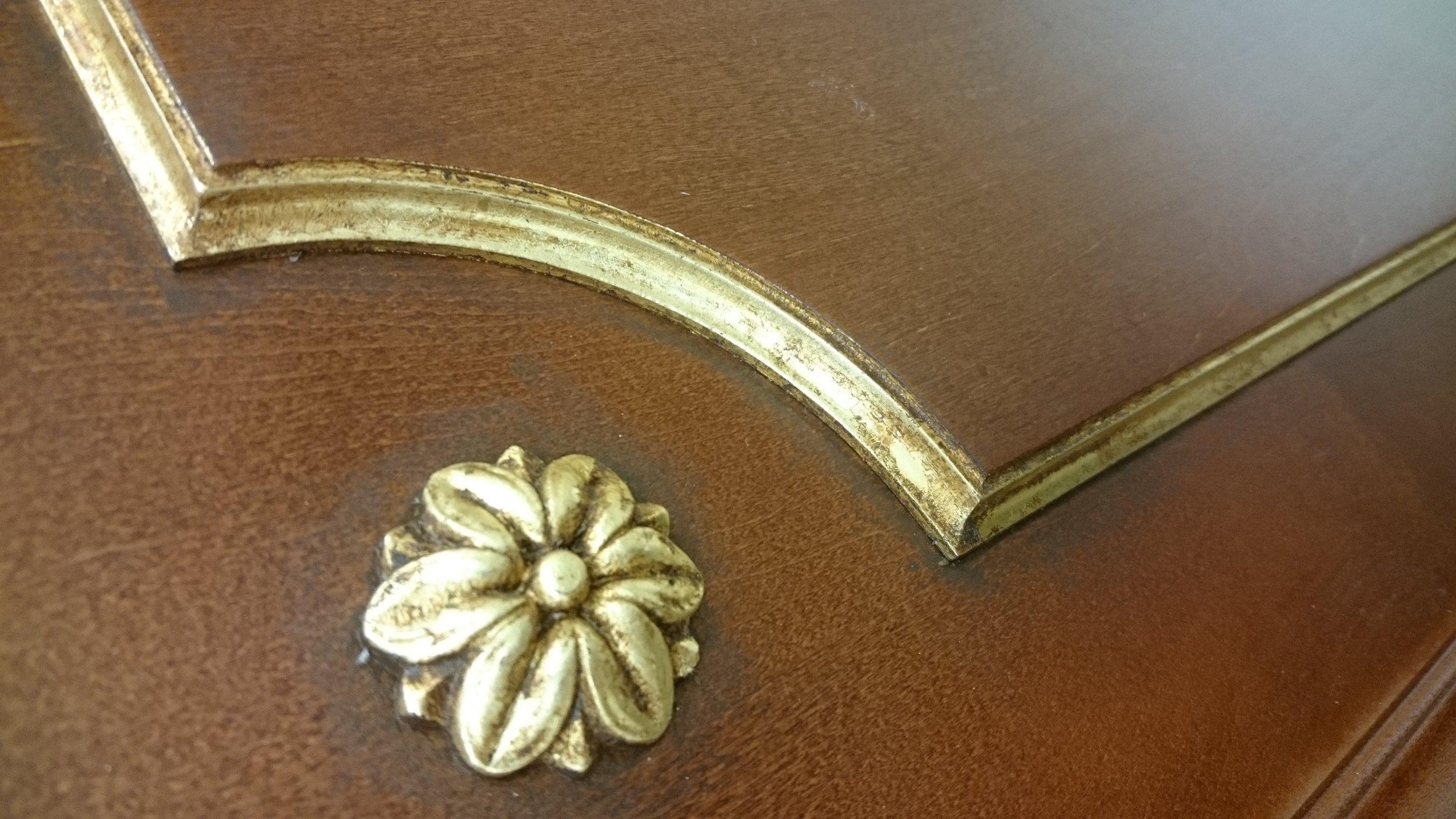 11. Šlagmetalu - aukso pakaitalo lapeliais dengtas MDF paviršius.