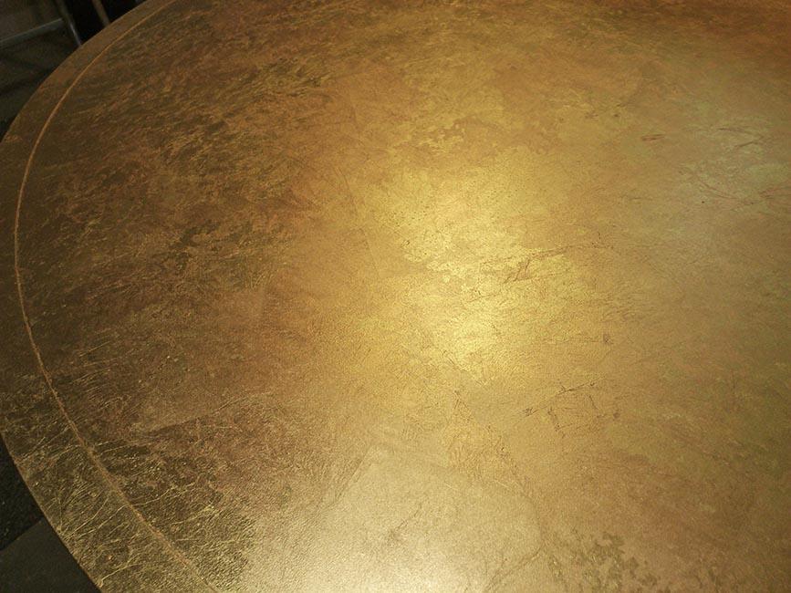 19. Aukso lapeliais dengtas metalo paviršius. Pagaminta vardinėms parduotuvėms Romoje, Italija.