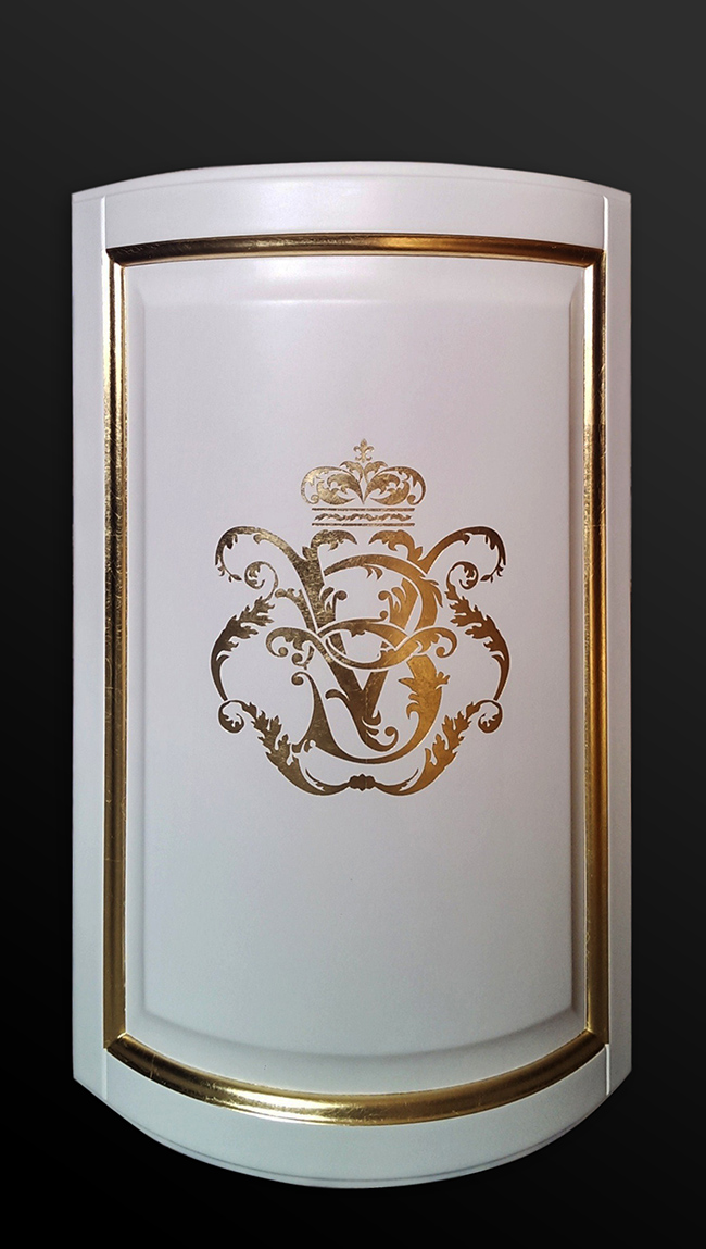 22. Aukso lapeliais dengta baldo detalė.
