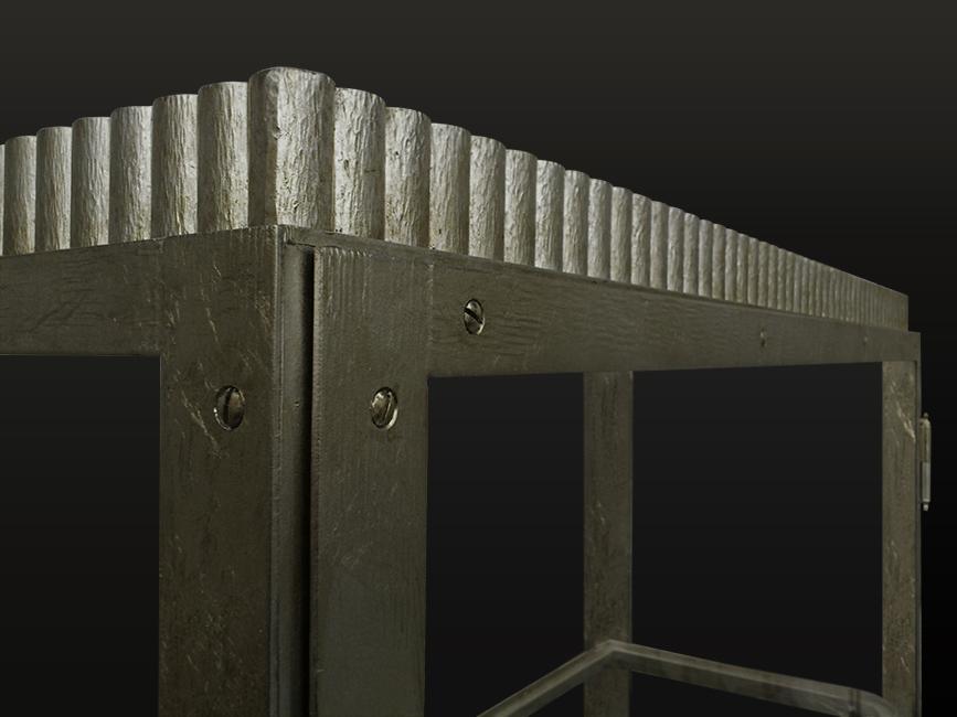 34. Paladžio lapeliais dengta kaltinio metalo lentyna. Pagaminta vardinei parduotuvei Paryžiuje, Prancūzija.