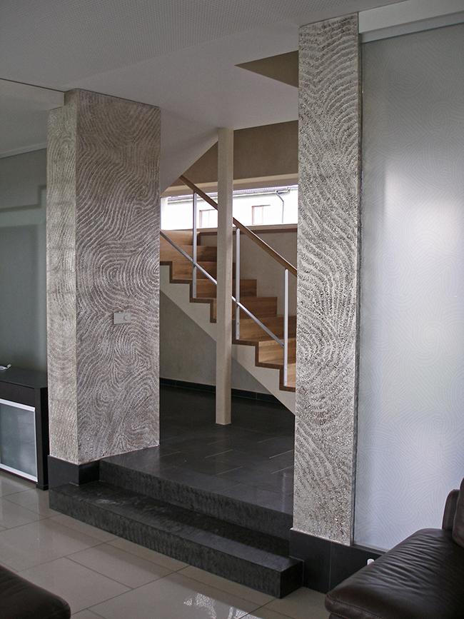 45. Sidabro lapeliais dengtos sendintos reljefinės kolonos. Privatūs apartamentai. Kaunas, Lietuva
