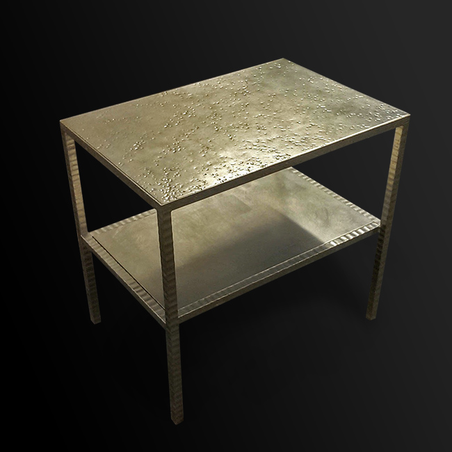 61. Paladžio lapeliais dengtas kaltinio metalo staliukas. Pagaminta vardinėms parduotuvėms visame pasaulyje.