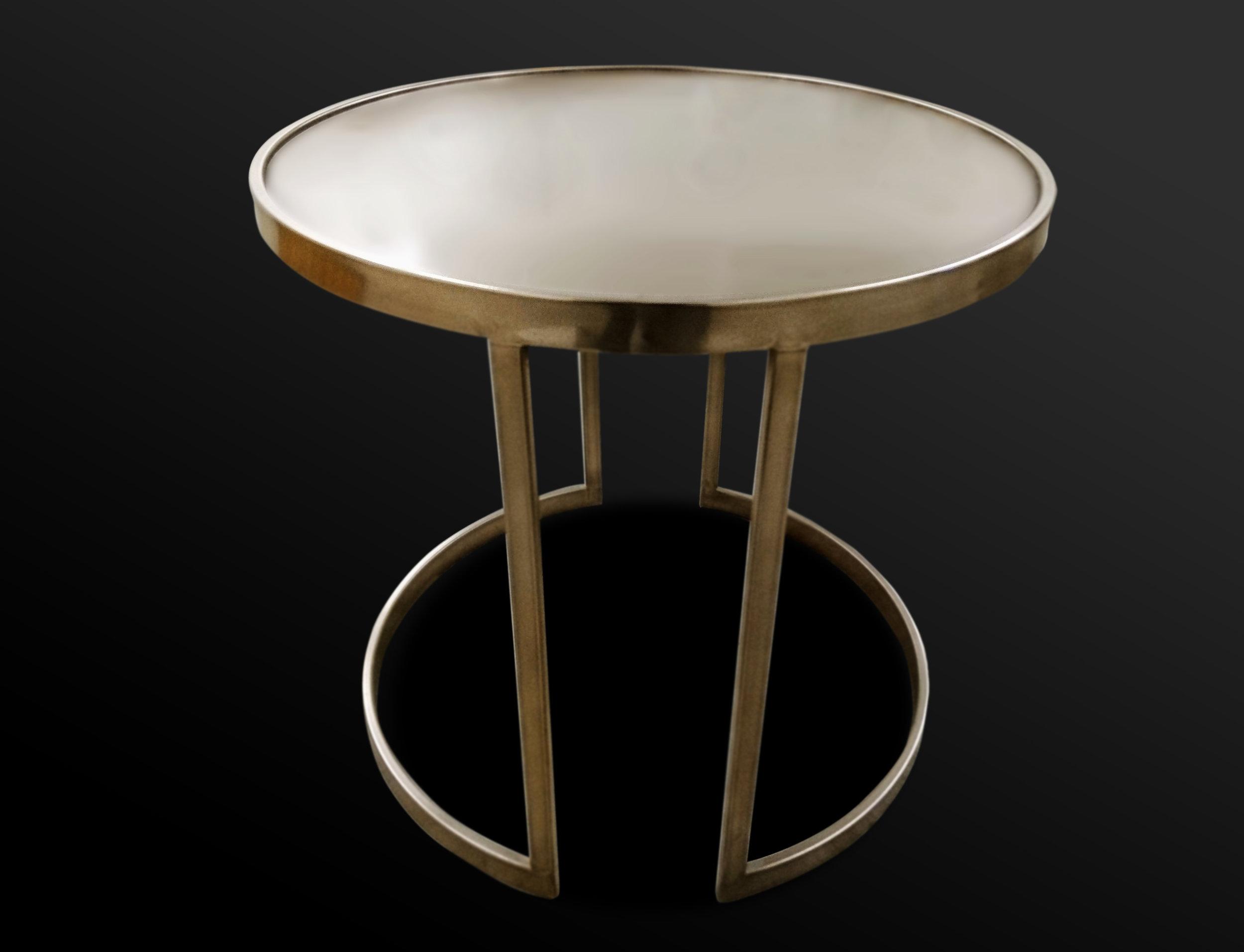 46. Plieninis staliukas dengtas poliruota bronza.