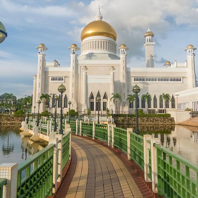 Despite imposing Islamic Sharia law and having legal punishments such as caning, Brunei boasts some beautiful buildings, such as the Sultan Omar Ali Saiffudin Mosque in the country's capital Bandar Seri Begawan. Learn more in my recent blog about the Sultanate of Brunei at www.jessejourneys.com. #majestic . -- DIRECT LINK IN PROFILE