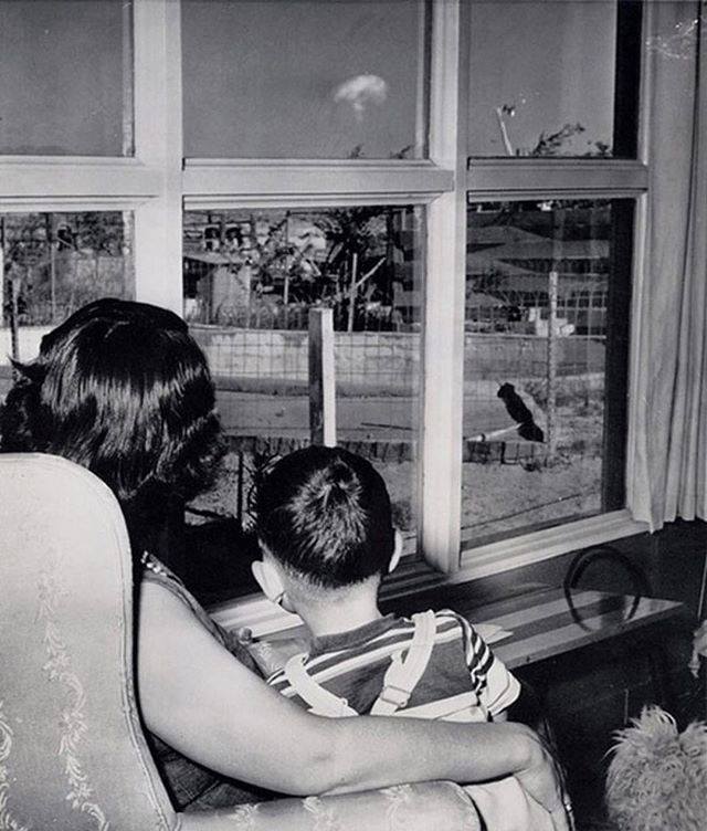 Mom and son watching the mushroom cloud after an atomic test, Las Vegas, 1953 #lasvegas #history #atomic . . .  #Repost  @historyphotographed