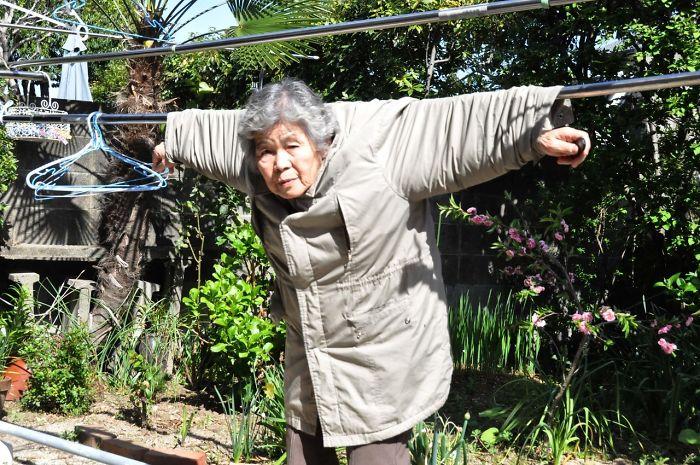 funny-self-portraits-kimiko-nishimoto-89-year-old-12-5a0a9dee7a7f6__700.jpg