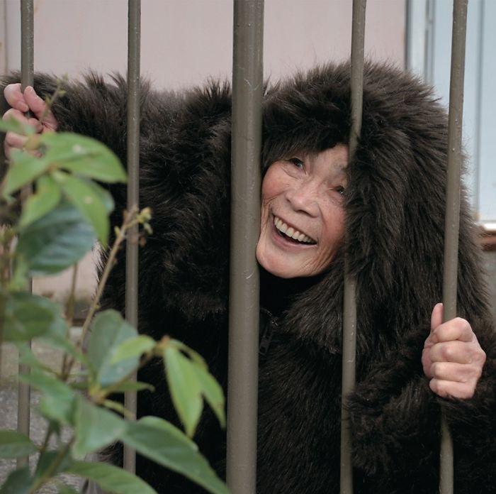 funny-self-portraits-kimiko-nishimoto-89-year-old-16-5a0a9df694c1e__700.jpg