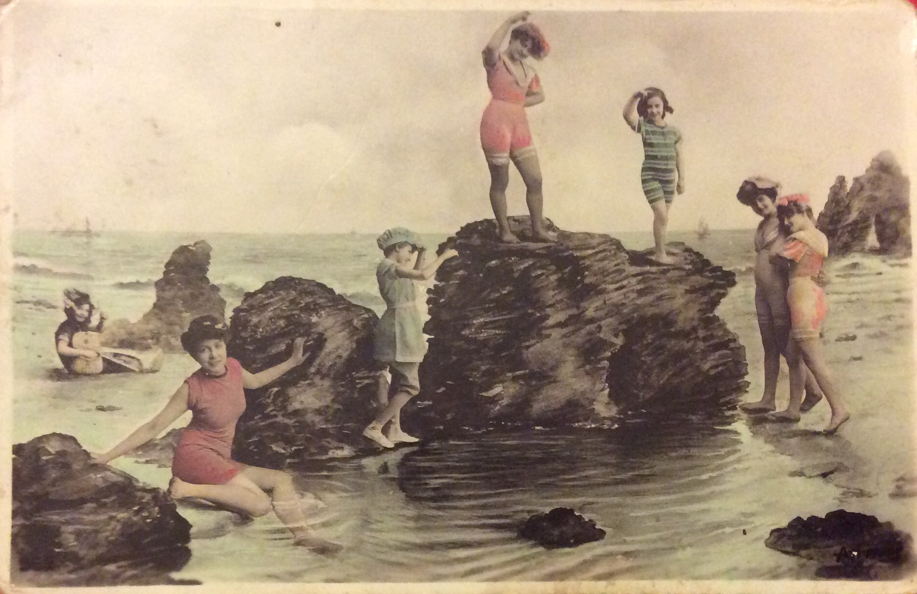 A French card showing young people enjoying the seaside