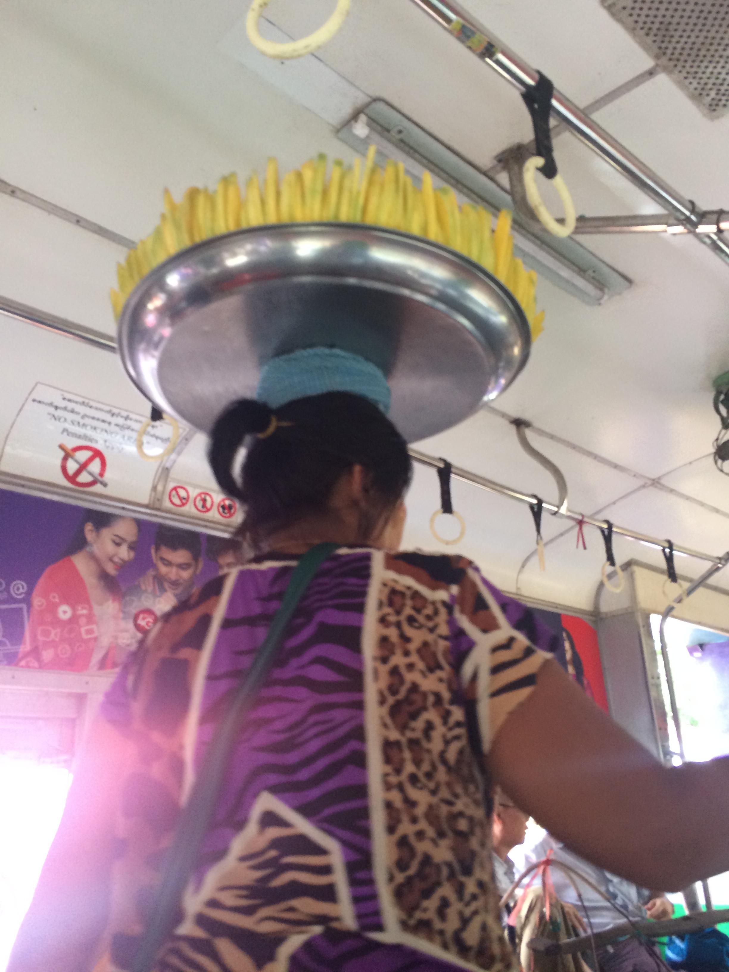 Balancing mangos for sale on head