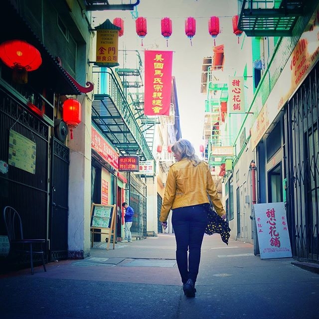 🎏The alleyways in SF Chinatown - smells of a fortune cookie factory on my left here. 🥠 #sfchinatown thanks to my igbf 📸 @otto347
