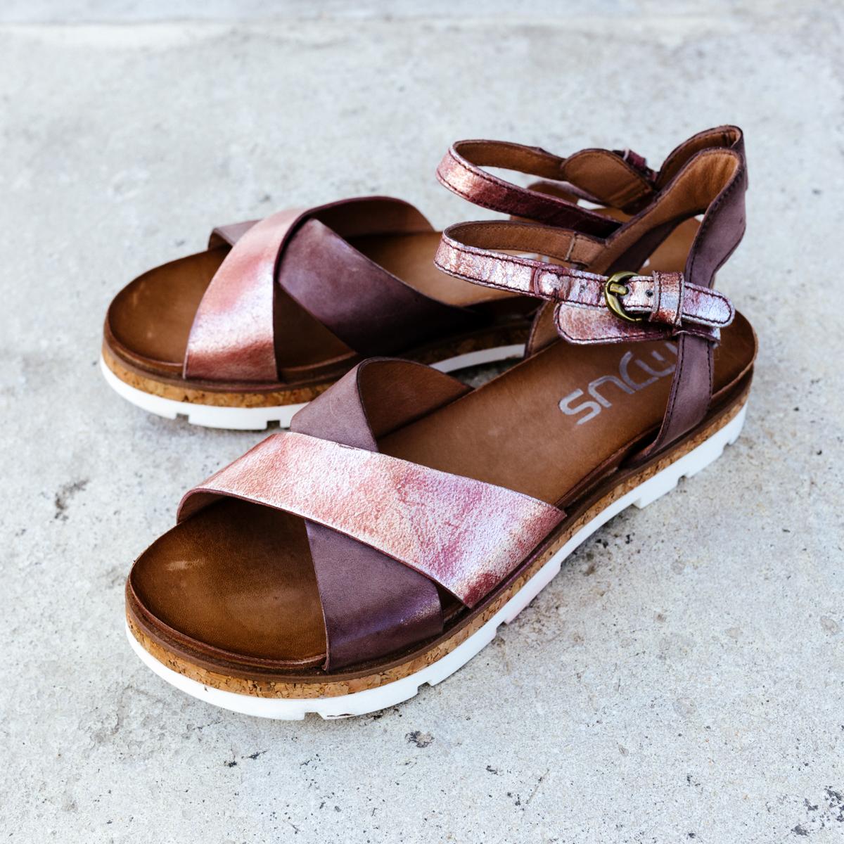 Mjus   Der italienische Schuhhersteller ist seit 2007 aktiv und bietet eine Vielfalt an zeitgemäßen Designs, die durch die aktuelle urbane Mode stark beeinflusst werden. Die Schuhe sind wie für die Stadt gemacht und begeistern uns mit robusten und zugleich sehr femininen Looks, die sich perfekt mit lässigen Casual Outfits vereinbaren lassen. Außerdem zeichnen sich die Trendschuhe durch ein großartiges Tragegefühl