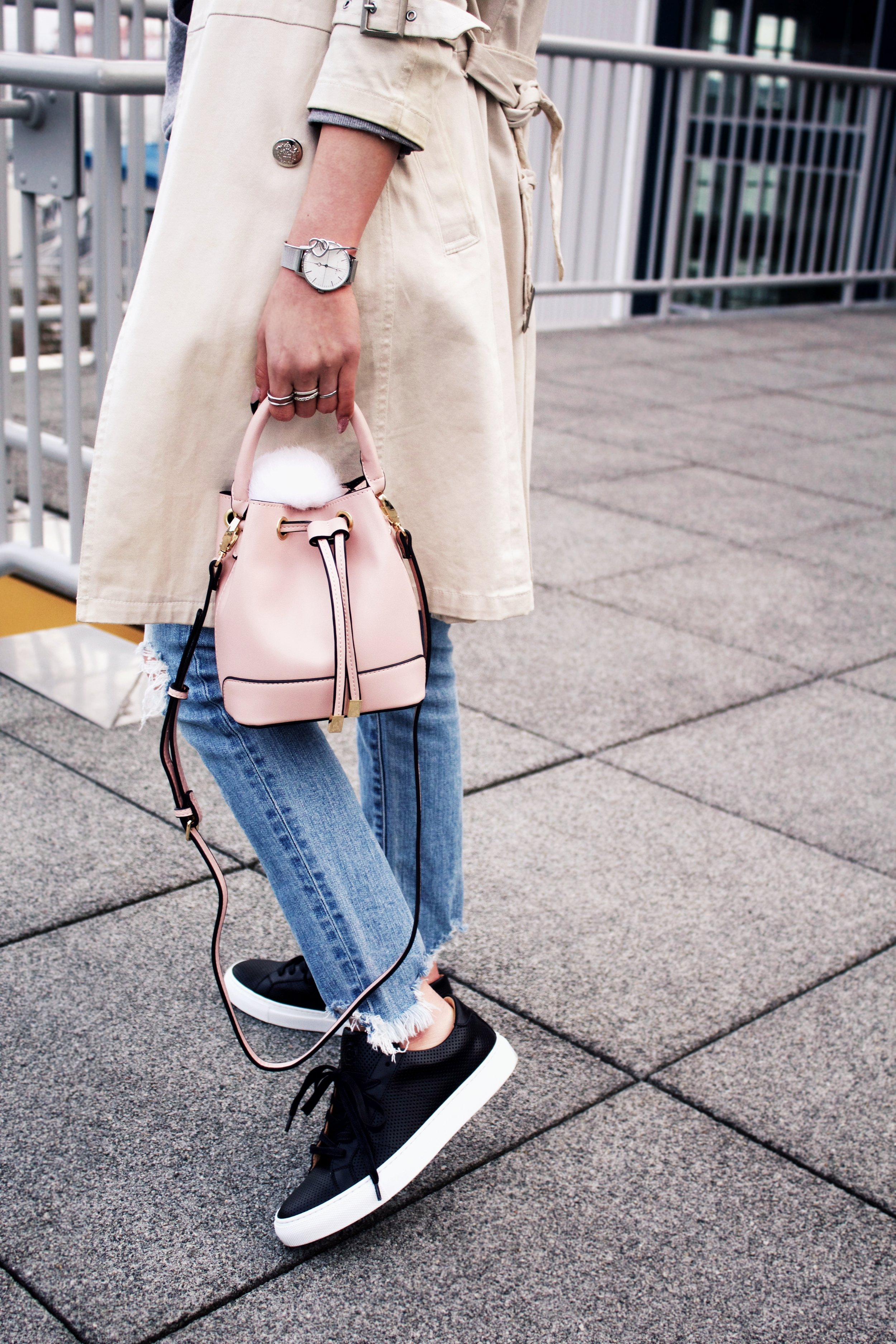 Greats THE ROYALE_Black Leather Sneakers_H&M Gray hoodie_Uniqlo Trench Coat_Moussy Frayed Jeans_Forever 21 Blush Mini Bucket Bag_Aikas love Closet_Seattle Fashion Style Blogger_Japanese 14