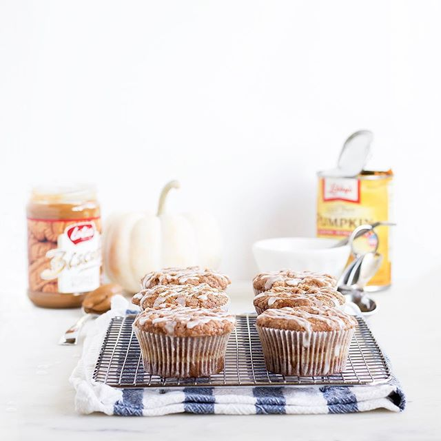 I've finally embraced pumpkin (3 days before Halloween is probably about time) with these Biscoff Cream Cheese Muffins! #biscoffisbae Recipe up on the blog ��