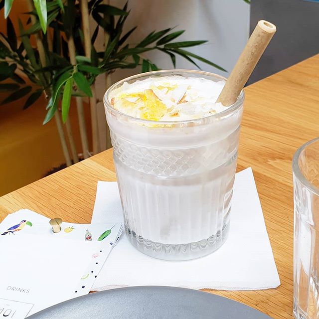 Weekend!! 💥💥 What is your favorite cocktail? 😏 Try our Gin Kelapa, a delicious drink with gin, coconut milk, cardamom and lime 🥥🍹 . . . #CafeAmoi #kinkerstraat #friyay #weekend #cocktails #amsterdam #drinks #indofood #kelapa #gin #coconut