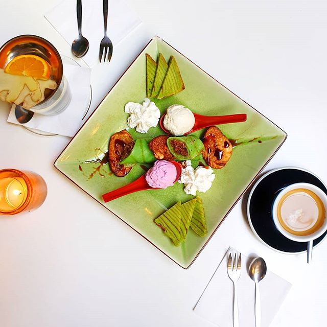 A good meal ends with an even better dessert 😍 Do you have room left for our homemade spekkuk? 😏🍨 . . . #cafeamoi #pisang #goreng #spekkuk #spekkoek #icecream #dadargulung #coffee #tea #kinkerstraat #oudwest #dessert #indofood