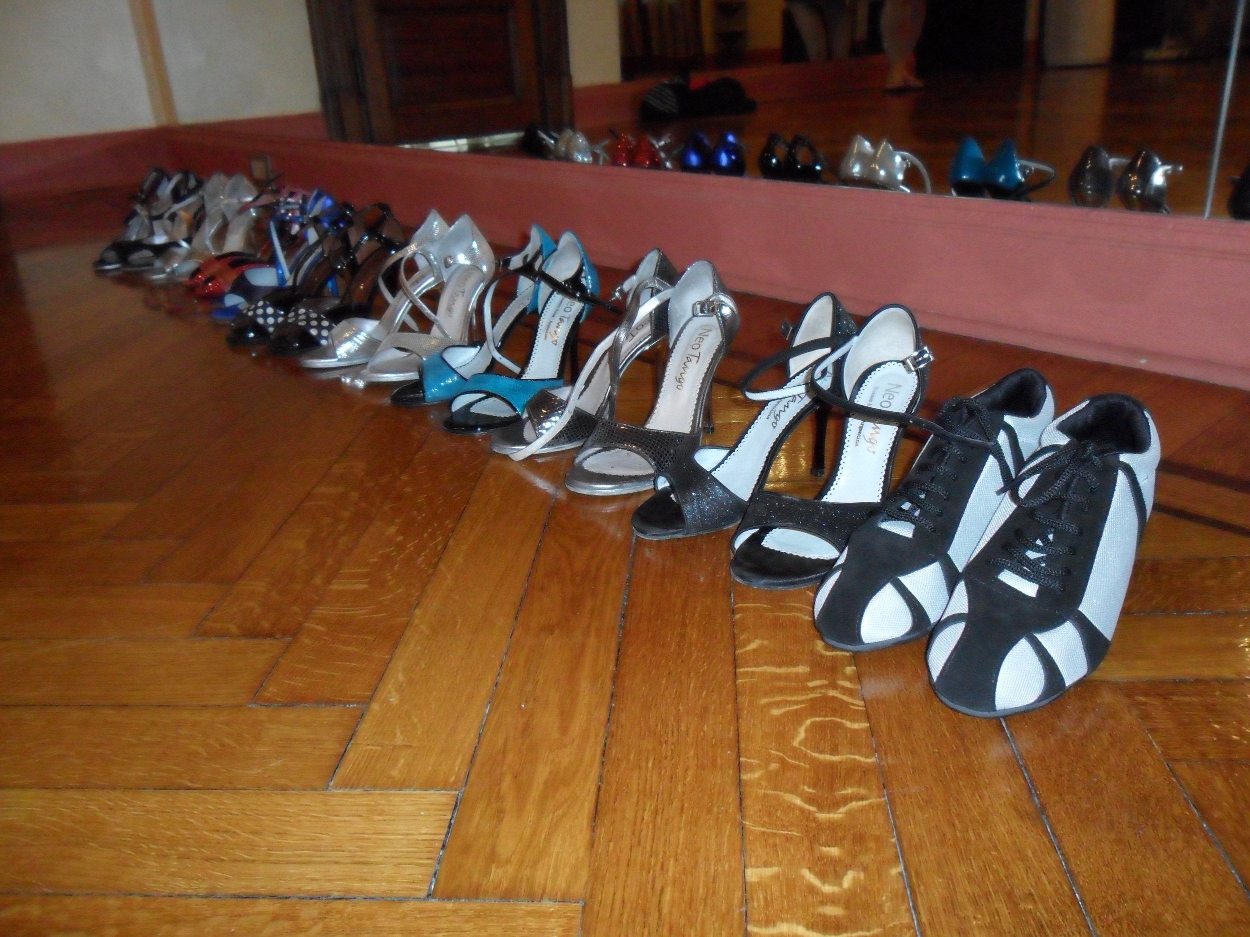 tangoschoene op rij.jpg