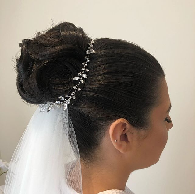 Rosanna's gorgeous bridal bun  Hair @nicolepacebridalhair  Hair vine @romanandfrench  Makeup @makeupbydrew_  #wedding #bridalhair #bridalbuns #lovemyjob #hairstyles #weddingmorning #weddinghair #veil #hairvine #bun